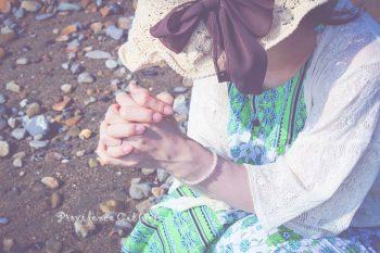 和睦も人と人との間の問題ばかり見て、指摘するから和睦が成されません。 まず霊的に聖霊の感動で解いてこそ 根本の縛られたものが解かれるです。 そうしてこそ、傷口が塞(ふさ)がり、真実さで問題が解決されるのであって、 とにかく問題一つだけを解決しようとして会うと 傷になるだけだということを分かって まず祈り、主の御心を知り、和同し、和睦しましょう。 -摂理 キリスト教福音宣教会 鄭明析牧師の御言葉より